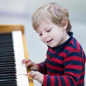 trẻ em chơi đàn piano