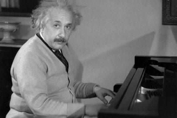 người chơi đàn piano
